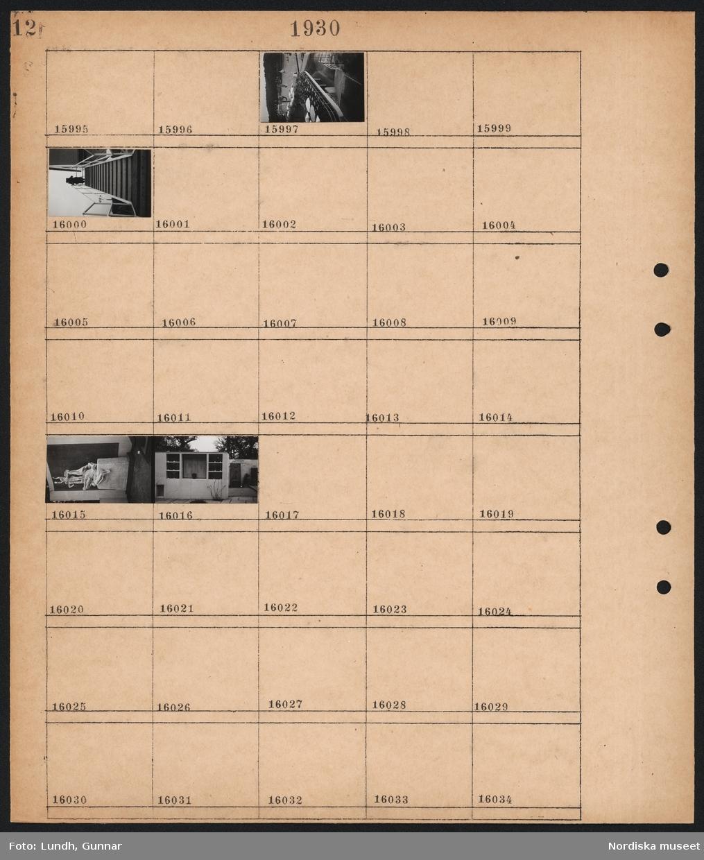 Motiv: Stockholmsutställningen 1930, Paradiset, Egna hem, Utsikt från pressläktaren; Vy över utställningen, person går i trappa, staty, kiosk för försäljning.