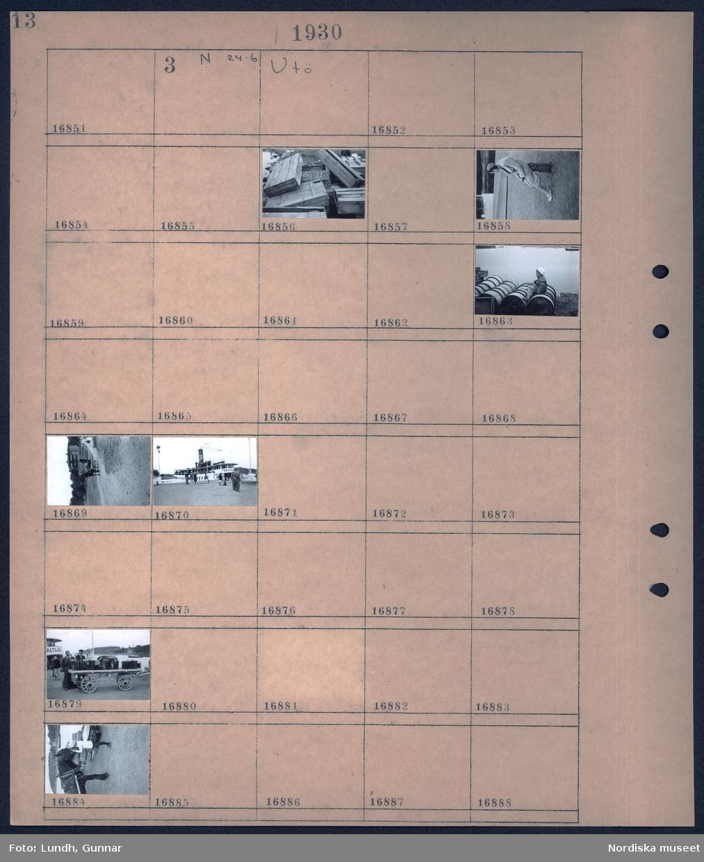 """Motiv: Utö; En hög med trälådor med texten """"Mattsons fiskaffär"""" och """"Utö"""" på sidorna, en kvinna sitter på en pollare i en hamn, ett barn sitter på oljefat i en hamn, en man står och kör en hästdragen vagn med fotgängare och nyare hyreshus i bakgrunden, människor står i en hamn med färjan """"Saltsjön"""" vid kajen, en man lastar väskor och bagage på en vagn, ett barn klappar en häst."""