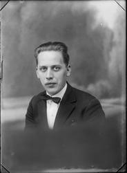 Studioportrett av en ung mann i kvartfigur.