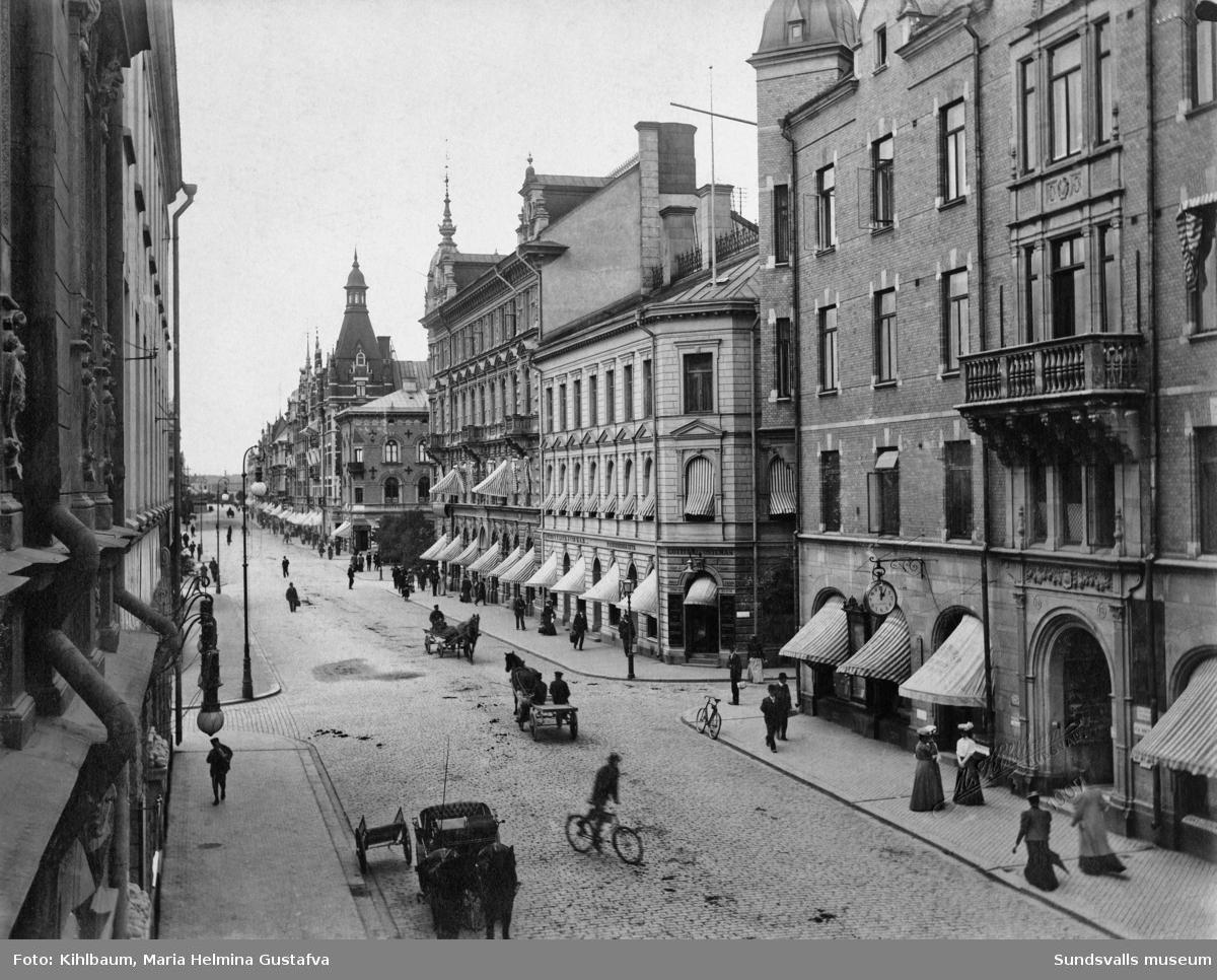 Storgatan mot öster med skilda typer av trafikanter. Närmast till höger Storgatan 18 där bl a författarinnan Frida och doktor Gotthilf Stéenhoff var bosatta.