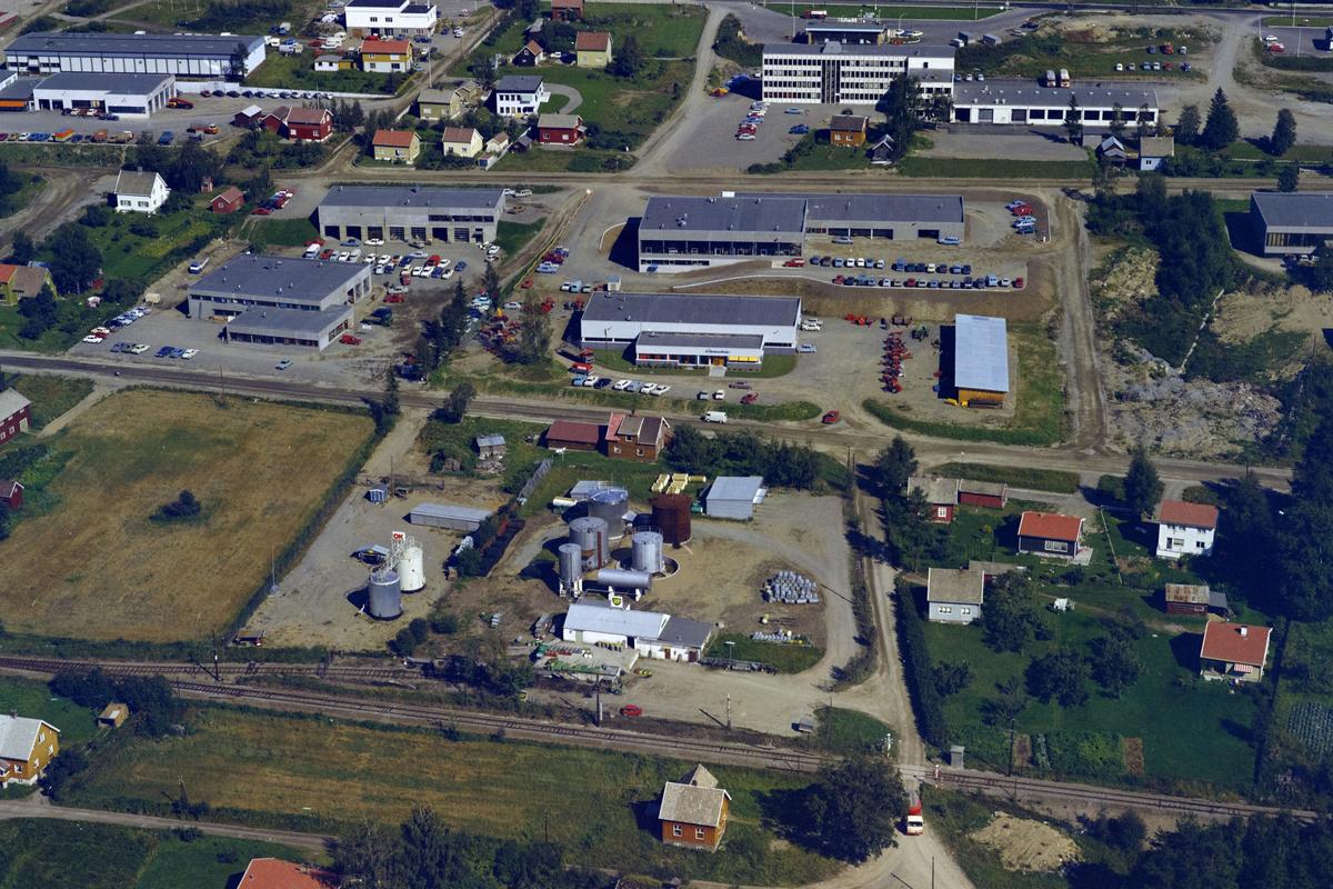 Lillehammer, Nordre Ål, Moavegen med boliger og industri. Fra nedre bildekant,  jernbanelinja, bensintanker for BP og OK, Moavegen 28 er hvit hus fra høyre, rødt er Moavegen 30 hvor Sandheimsvegen starter. Mellom Moavegen og Industrigata går Hammersengflåa. Bedriften Eikmaskin midt i bildet. Bak til høyre er bygget til Lillehammer-Ringsaker Bilruter som også inneholdt Oppland Vegkontor og Statens Bilsakkyndige fra 1969