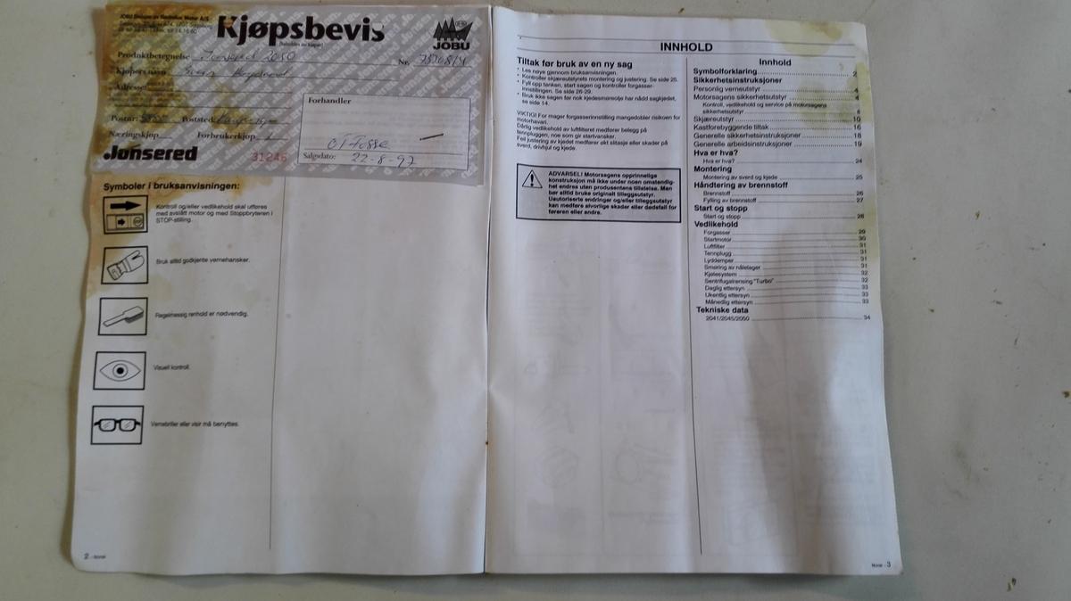 Lite papirhefte med bruksanvisning og innlagt kjøpsbevis.