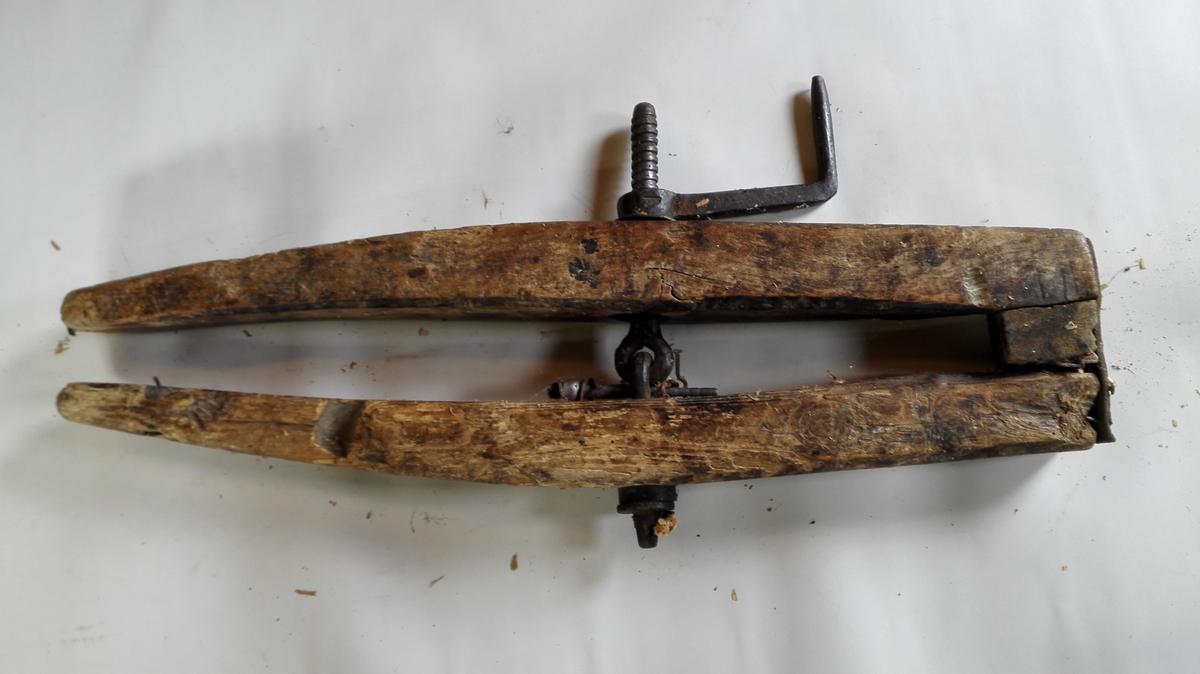 Båtskrua er ca 79 cm lang, med jarnskrue og sveiv. Ho er hengsla saman med ein lærbit. Det sit ein trekloss mellom dei to armane.  Reiskapen er velbrukt, men i god stand.