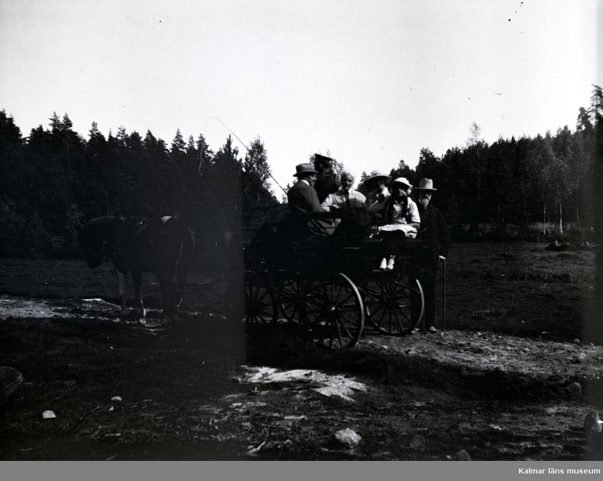 Personer på häst och vagn i närheten av Tuna gård.