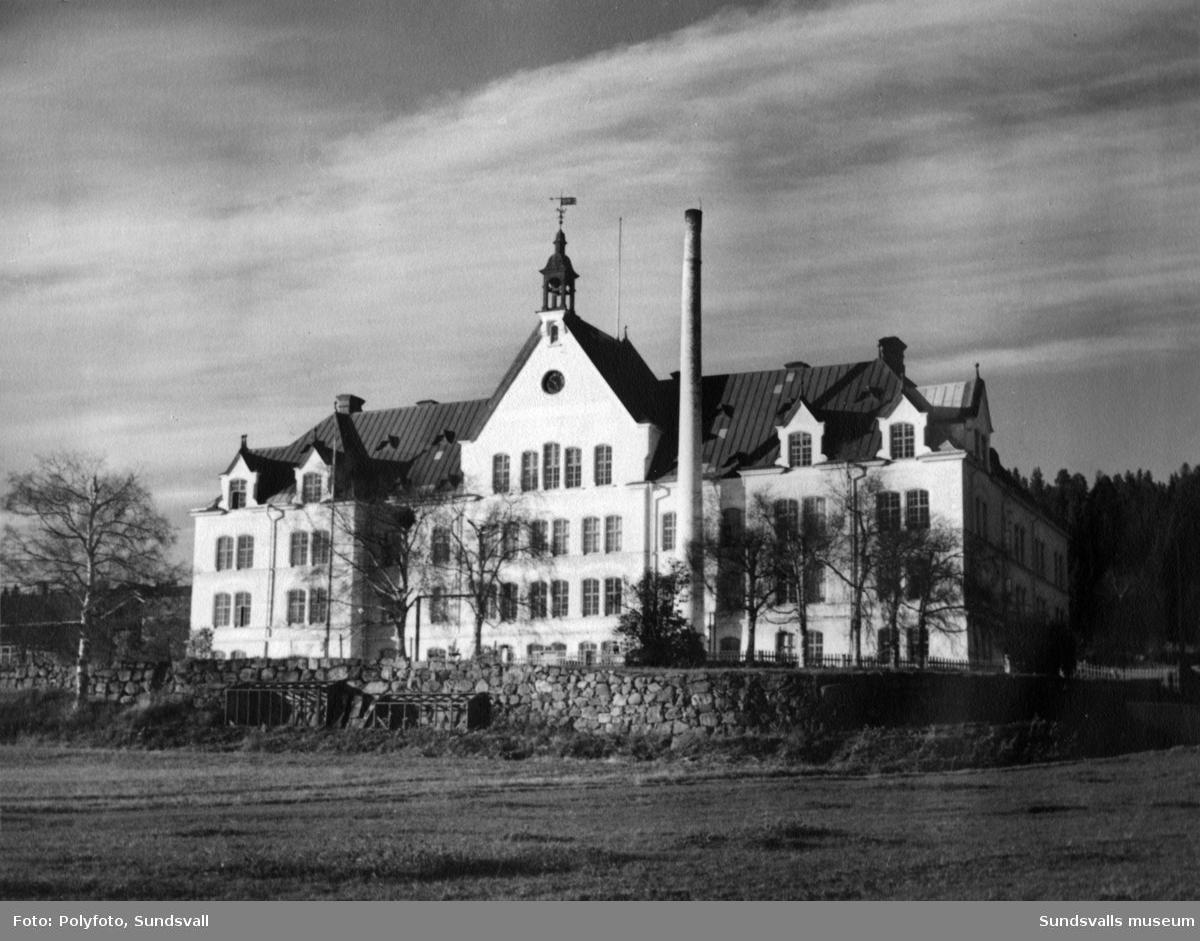 """Sköns ålderdomshem i Birsta, tidigare kallat """"fattiggård"""". Uppfördes 1891 och revs 1964."""
