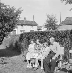 Martin Valsø mfl. fot i haven, Ilsvikøra for Arb.Avisa