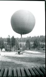 Kulballong m/1930 har landat vid Torp. Namn se notering.