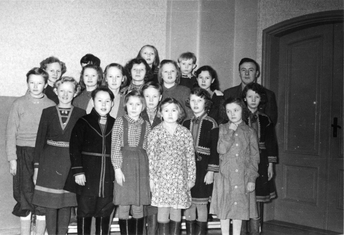Skuvlemaanah saemieskuvlesne Aarbortesne voestes jaepien 1951.  /   Skolebarn ved sameskolen i Hattfjelldal det første driftsåret i 1951.