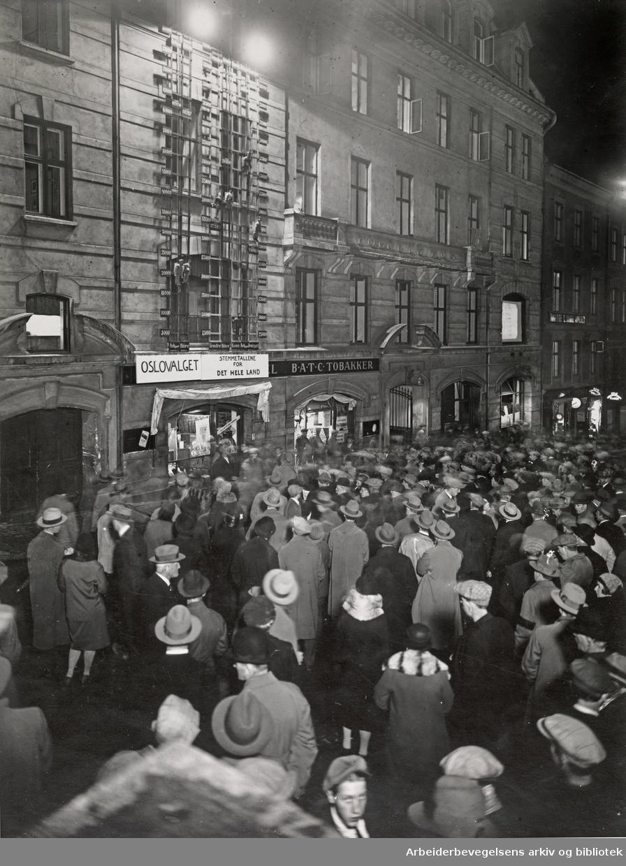 Stortingsvalget 1930. .Bildet er tatt utenfor Folkets Hus i Oslo.