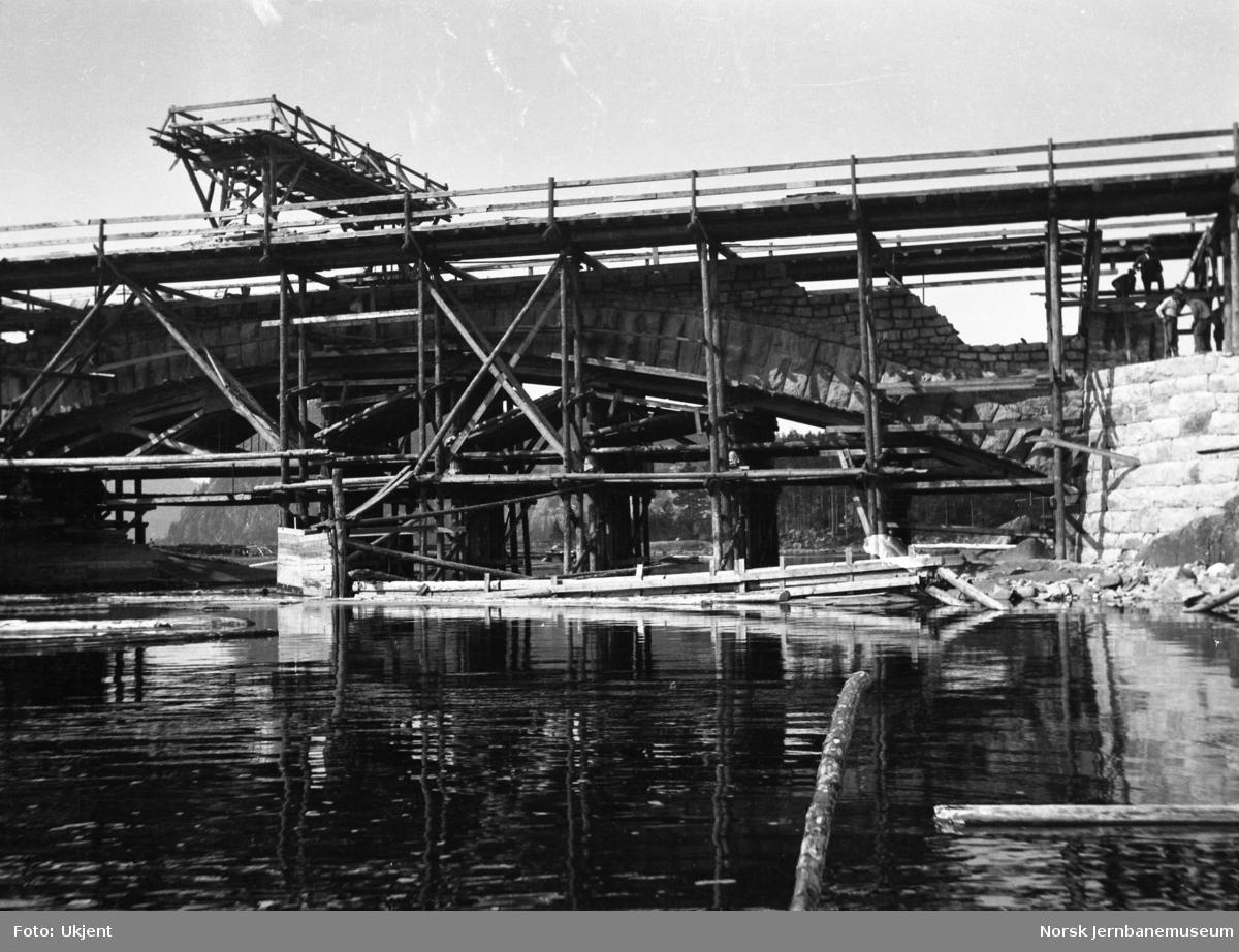 Høgefoss bru under bygging - like før stillaset ble revet