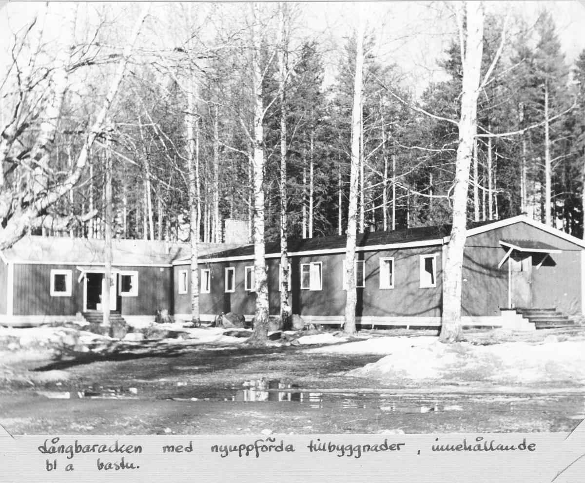 Stagården, Bollnäs. Långbaracken med nyuppförda tillbyggnader med bland annat bastu.