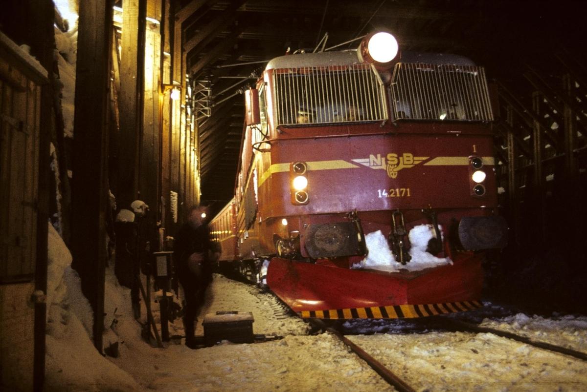 Tog 602 fra Bergen til Oslo på Hallingskeid stasjon.