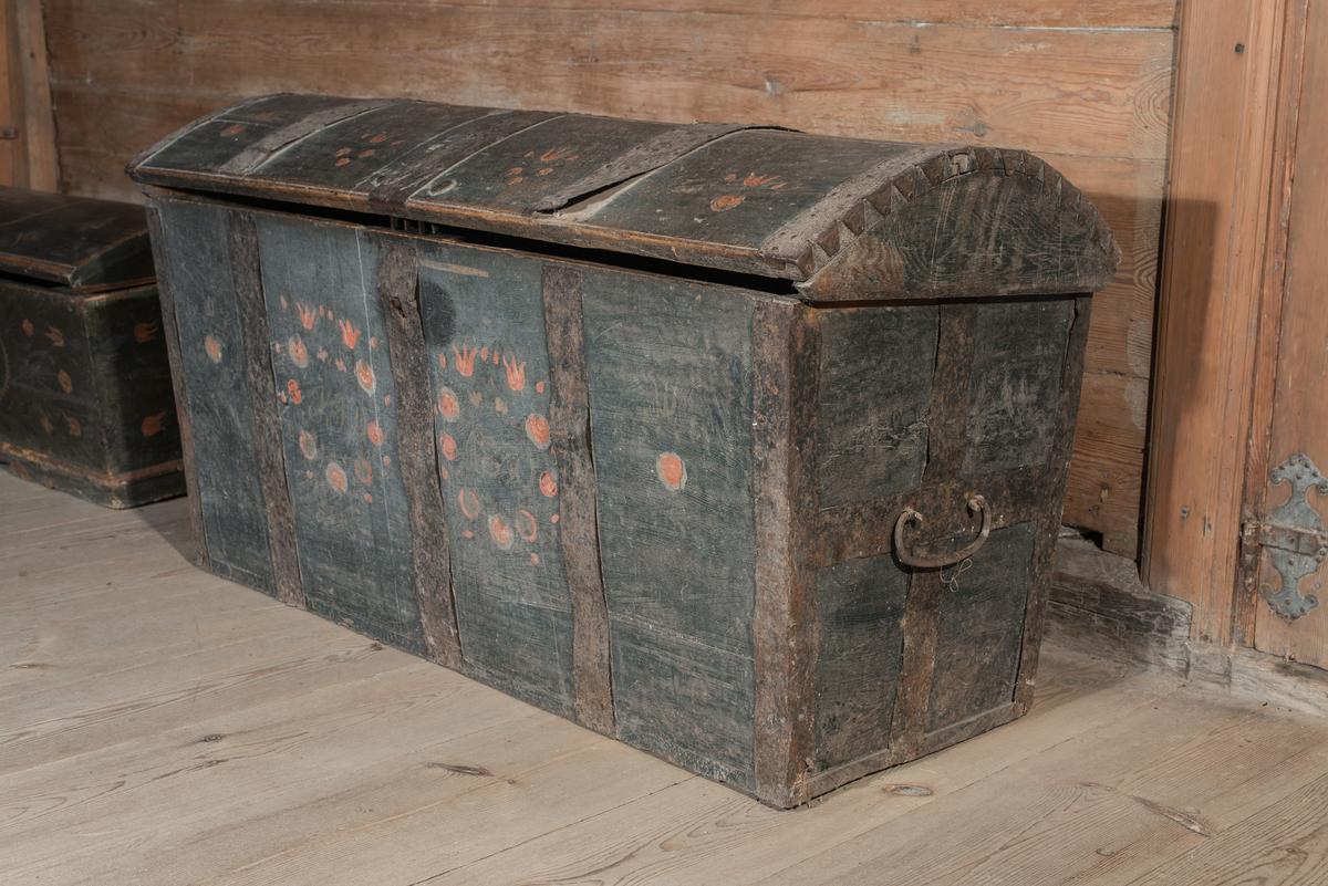 Kista av trä, rektangulär med välvt lock. Bandjärn, hörnbeslag, lås och handtag av järn. Blågrön bottenfärg med blommor, rosor och tulpaner, i rött. Cirkel av blommor i rött runt initialer och datering. Invändigt läddika till höger.  På lockets insida tre kistebrev: Menniskans Lifs-ålder, Den heliga Jungfrun Maria tillika med Barnet samt Joseph och Maria - flygt till Egypten med Jesus och Jesu återkomst från Egypen.