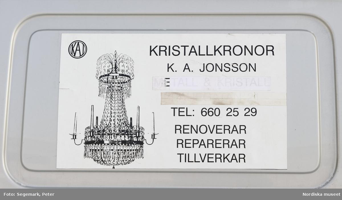 K.A. Jonsson Efterträdare, tillverkar och renoverar kristallkronor. Verkstaden i Länna, Stockholm, exteriör. Firmabilen.