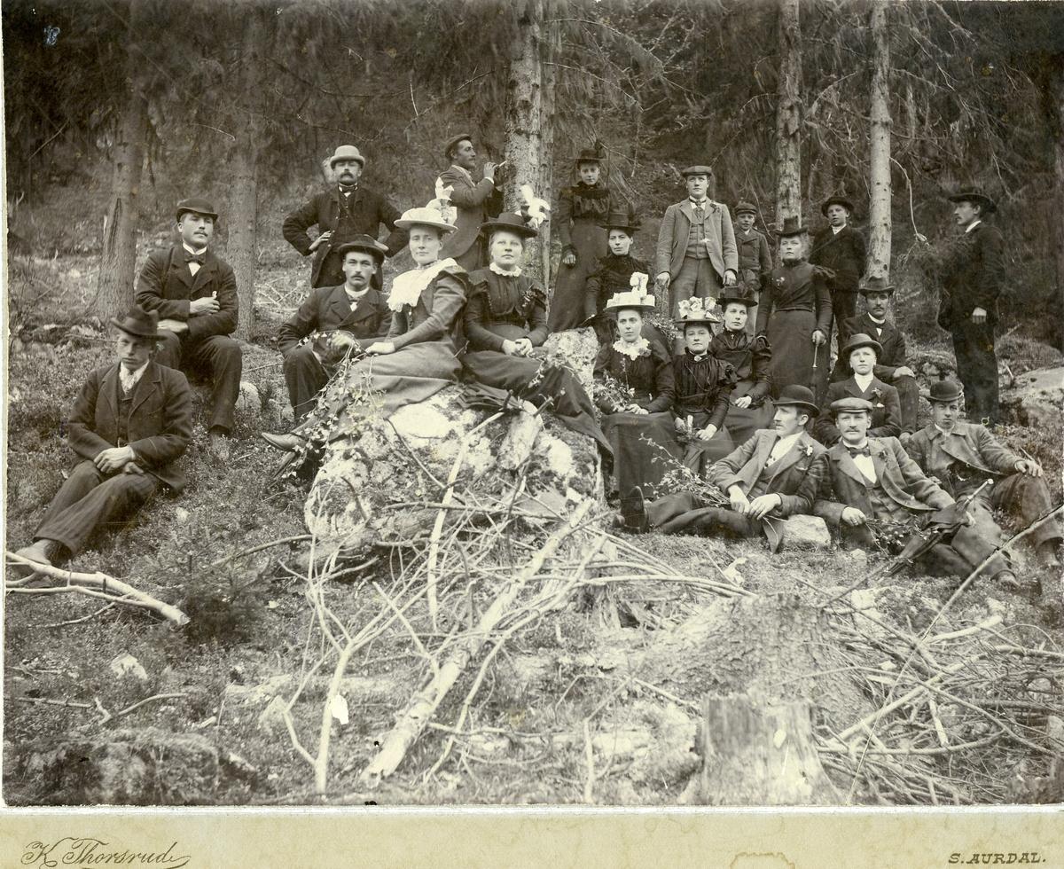 Gruppebilde av kvinner og menn. Foto er tatt i skogen.