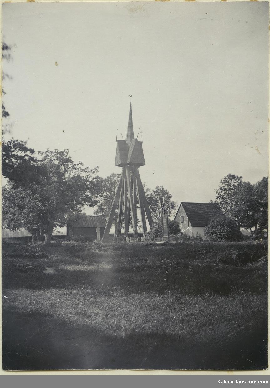 Klockstapeln vid Hagby kyrka.