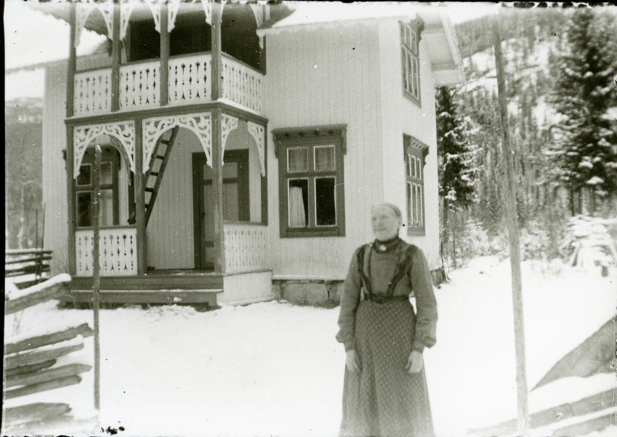 Dorte Øyhus framfor huset hennar.