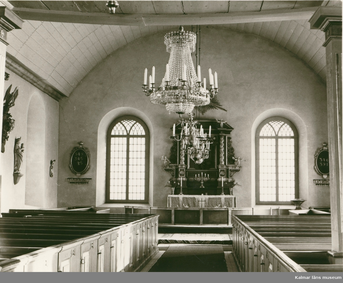 Altaret i barockstil i Järeda kyrka.