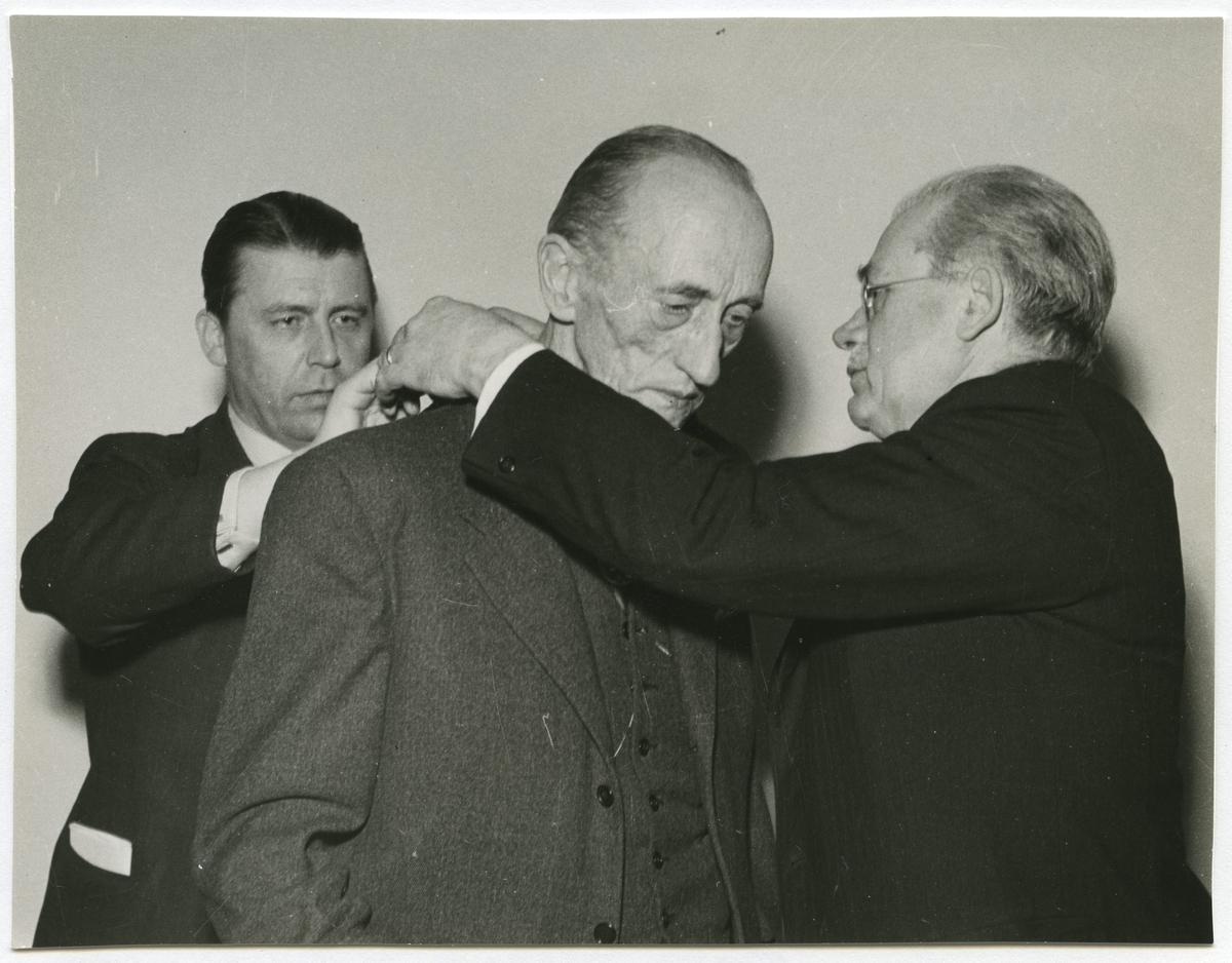 Stadsfullmäktiges ordförande Dagnell till höger, 1940-talet. Bolander till höger.