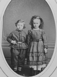 Portrett av søsknene Knut og Anna Johnsen som barn
