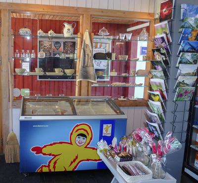 Is fra Diplom-Is, postkort og glass og stentøy.