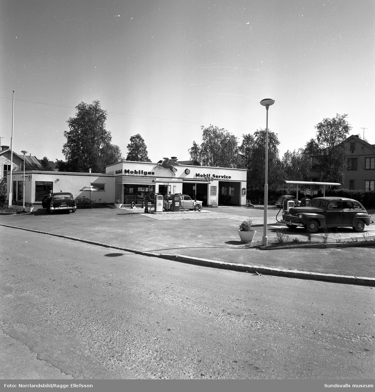 Mobilgas bensinstation i hörnet av Bergsgatan och Dalgatan. Exteriör- och interiörbild.