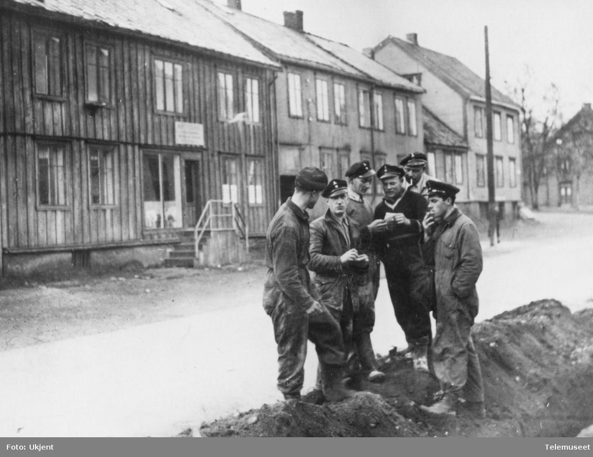 Telefonformann A. Lian og en del av montørene fra Telegrafverket i Tromsø