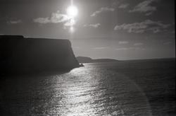 Flyfoto. Silhuett av Nordkapp-klippen. Knivskjellodden i bak