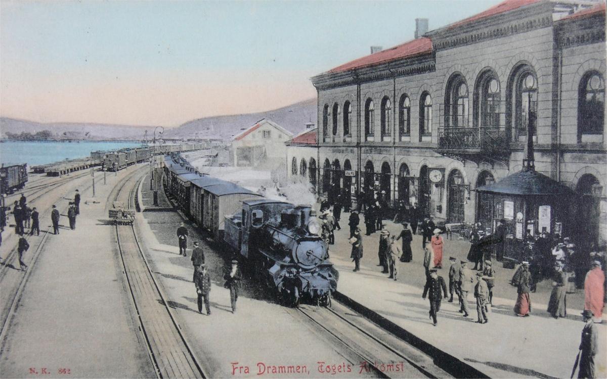Drammen stasjon med ankommende tog fra Oslo i spor 1.