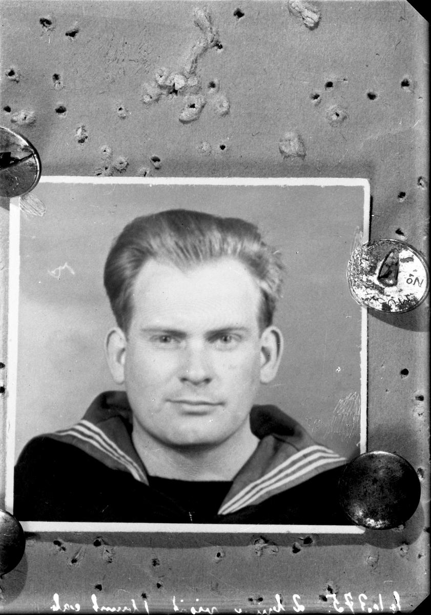 Portrett. Kopi. Ung mann i marineuniform. Bestilt av Jenny Østensjø.