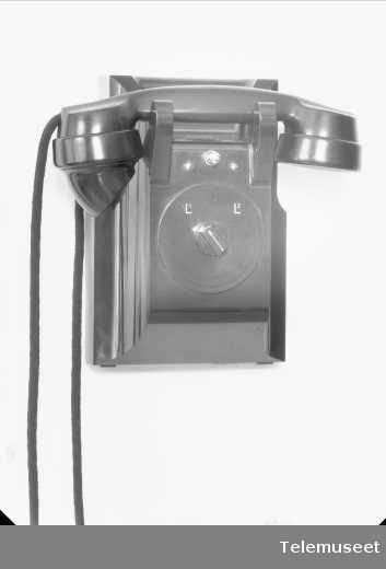 Telefonapparat, lokalt veggapparat med 2 lj i bakelitt, mtlf liggende, klokke likestrøm, Elektrisk Bureau.