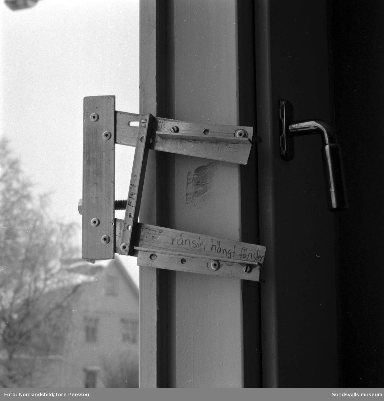 Rudolf Billstedt på Norrlandsfönster. Demonstration/dokumentation av låsanordning eller upphängning för fönster.