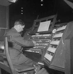 Domorganist Ludvig Nilsen ved orglet
