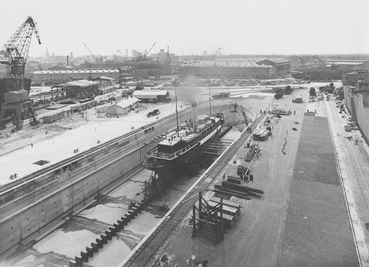 ÖRESUND i docka, 3 sep 1948Vy över ett parti av varvsområdet på Kockums mekaniska verkstad. I förgrunden passagerarångfartyget Öresund byggt vid varvet 1905 i torrdocka III.