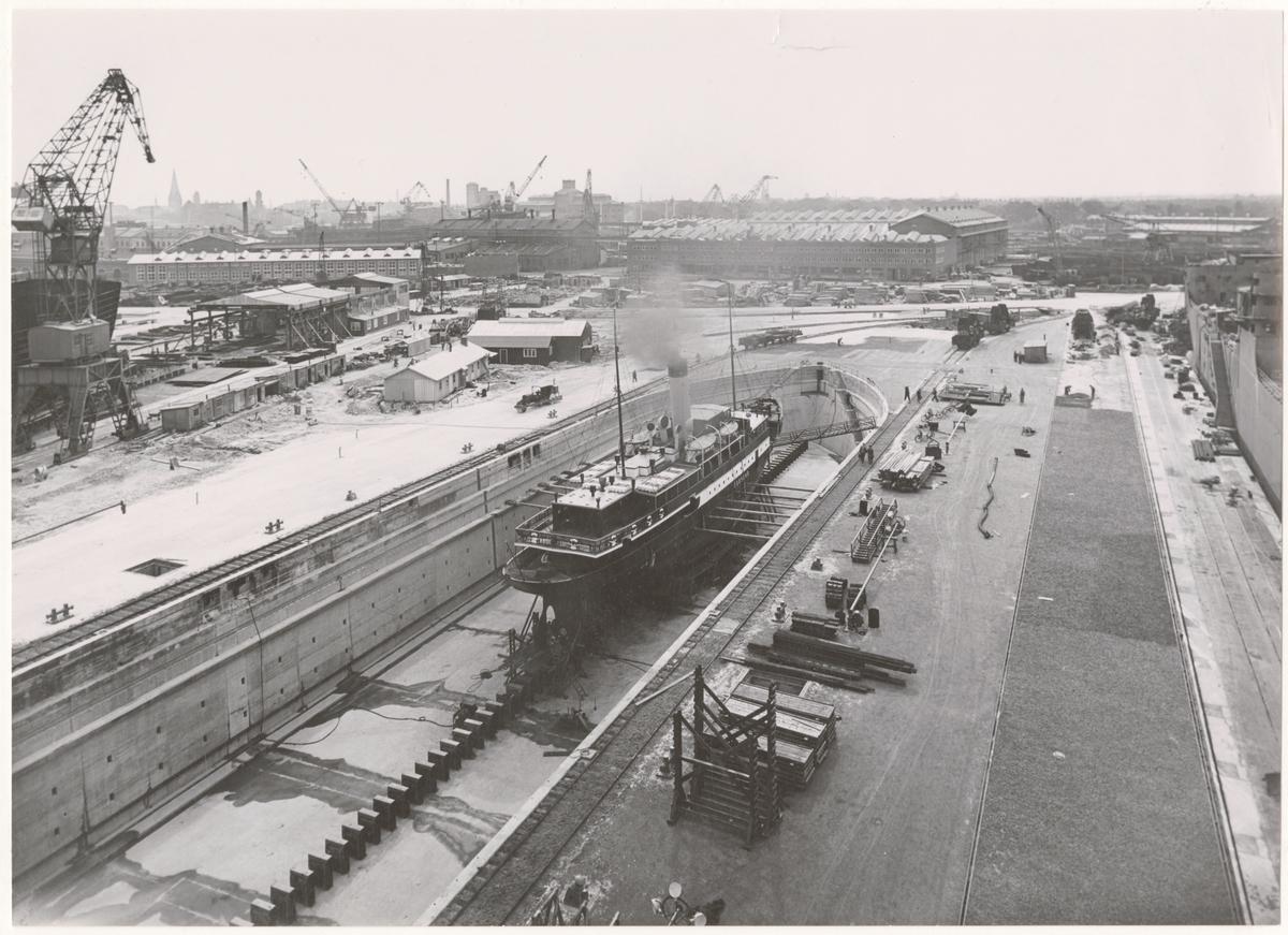 ÖRESUND i docka, 3 sep 1948  Vy över ett parti av varvsområdet på Kockums mekaniska verkstad. I förgrunden passagerarångfartyget Öresund byggt vid varvet 1905 i torrdocka III.