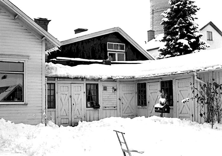 Skara. Kvarteret Getingen nr. 8. Del av gårdshusets gavel mot nordost. I förgrunden uthusbyggnaden till tomt nr. 7.