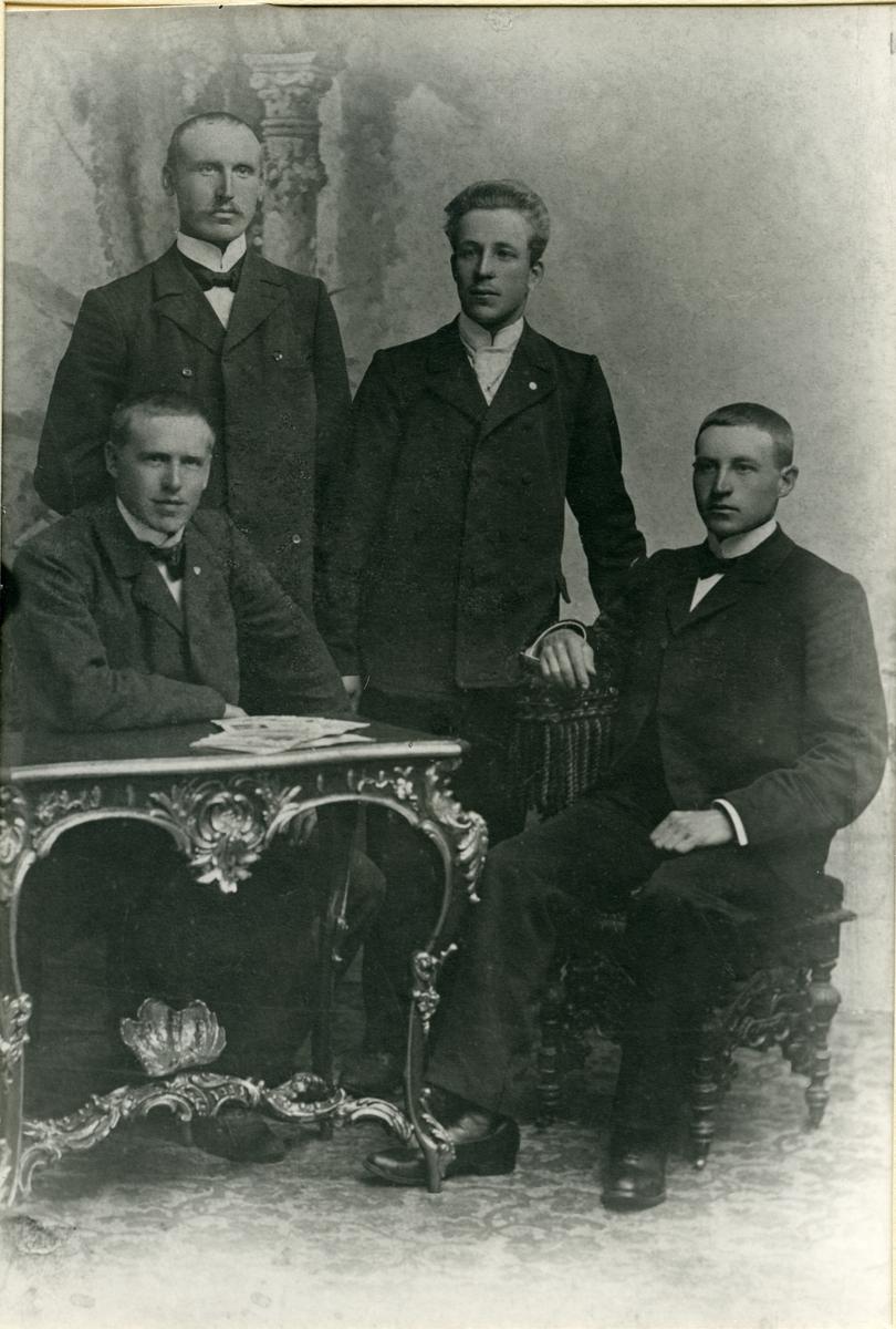 Gruppefoto av fire menn.