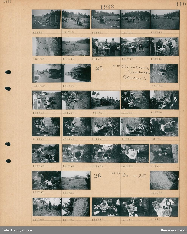 Motiv: Orientering i Veda-trakten (Roslagen) ; Män tvättar sig och byter om utomhus på en gårdsplan, en grupp män runt ett bord med en skrivmaskin, porträtt av en man.  Motiv: Orientering i Vedatrakten (Roslagen) ; En grupp kvinnor och män med kartor går i naturen, människor sitter vid en eld, landskapsvy med hus.  Motiv: Orientering i Vedatrakten (Roslagen) ; En runsten, människor vid en eld, människor sitter på marken och äter en picknick.