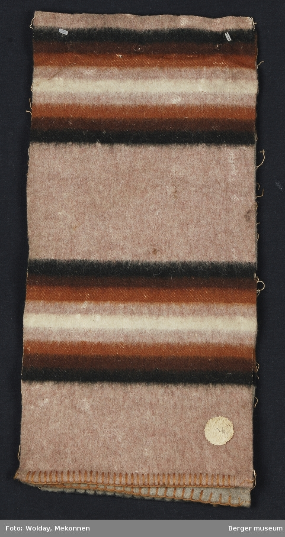 Prøvebok med tre prøver. Striper i grupper hvor stripene gjentas speilvendt og fargene går i samme skala.