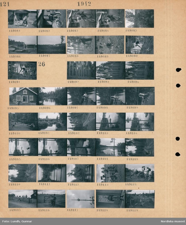 Motiv: (ingen anteckning) ; Två kvinnor varav en i folkdräkt samtalar vid ett hus, staplade bräder på ett sågverk, en skog, en man med en cykel, en kvinna plockar bär i skogen.  Motiv: (ingen anteckning) ; En skog, en man står vid ett hus, en kvinna tvättar i en sjö, en väg i en skog, landskapsvy med sjö och skog, landskapsvy med en kvinna vid en sjö, en man fotograf Gunnar Lundh står vid en brevlåda, en kvinna lägger på ett brev på en brevlåda, en man med cykel pekar, en midsommarstång, en pojke står vid en dörr, en flicka med cykel står vid en grind och brevlådor.