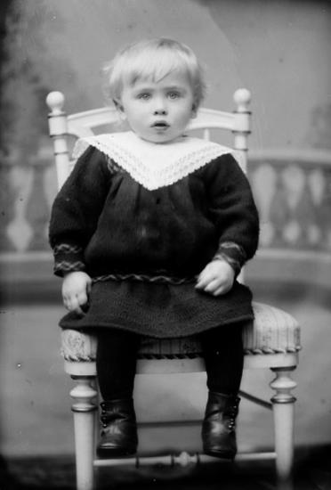 Ateljé. Barn på stol. Fotograf: Ellen Kock? Axel Lundbäck m