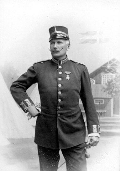 Överste Rudolf Oskarsson Gyllenram.Född 1853 i Skövde.Bodde år 1900 i Skövde, då som kapten.Västgöta regemente.