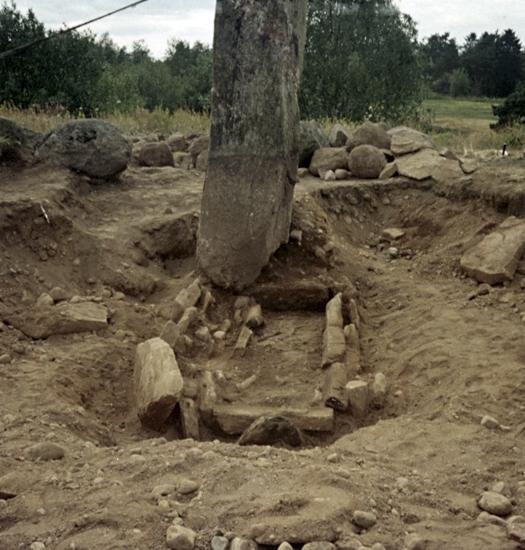 Bildtext: Laske-Vedums socken. Åselidstenen och den arkeologiska undersökningen som utfördes av Agne Furingsten år 1976.