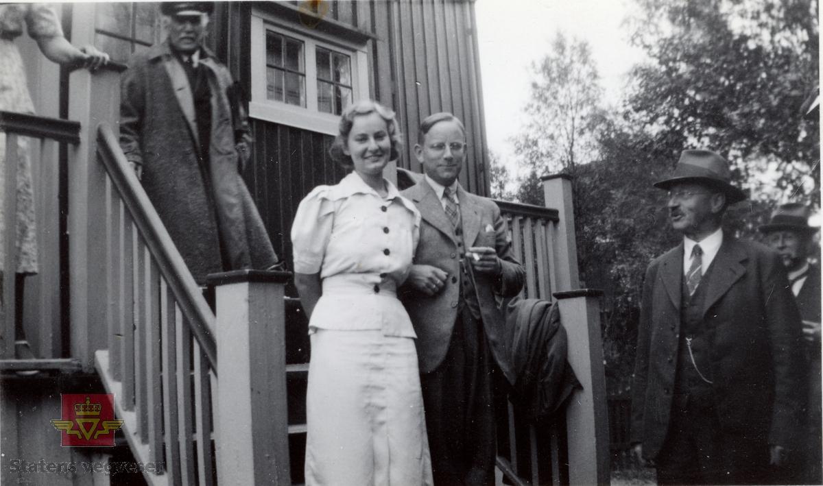 """Nord-Norgetur 1937. Håndskrevet tekst til bildene: """"Hr. Veidirektør Bålsrud, Oslo. Sender herved noen av de billeder, som blev tatt på Nord-Norgeturen 1937. Med hilsen K. Fonstad"""". Sannsynlig er disse bildene i tilknytning til et minnealbum med deltagere i veg- og jernbanekomiten i Troms, 1937. Bla videre med pilen til høyre:  Bilde 2) Fotonr NVM00F35737 Bilde 3) Fotonr NVM00F35738 Bilde 4) Fotonr NVM00F35739 Bilde 5) Fotonr NVM00F35740 Bilde 6) håndskrevet notat som lå ved bildene"""