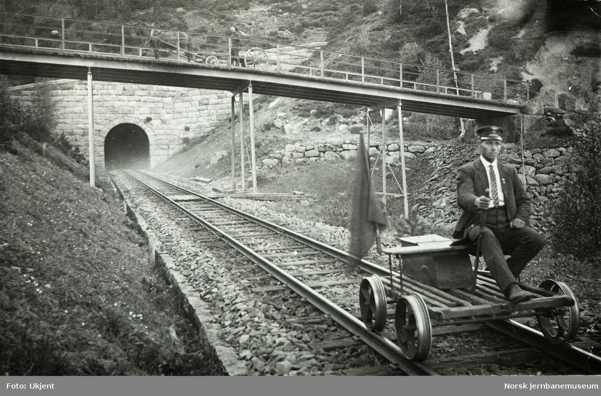 Baneformann Nils Melhus på dresin ved Lavold tunnel på Flekkefjordbanen