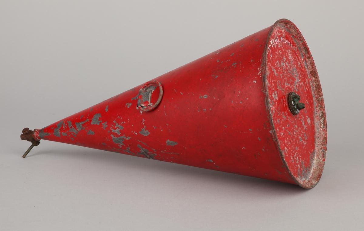 Rød kjegleformet oljekanne i metall med åpning for påfylling av olje samt to tappekraner og 1 stk. liten hank.