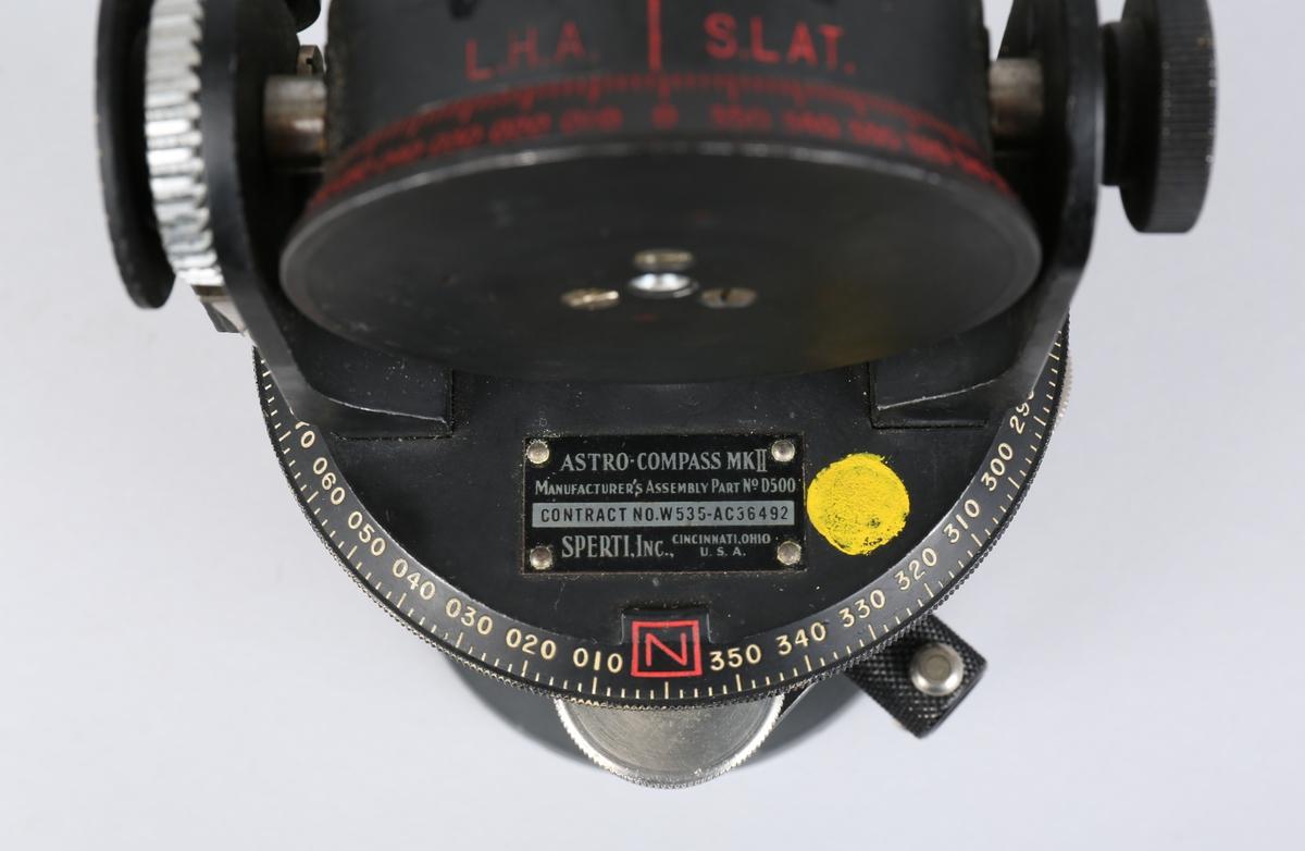 Astrokompass i trekasse med løs metallfot samt passer.