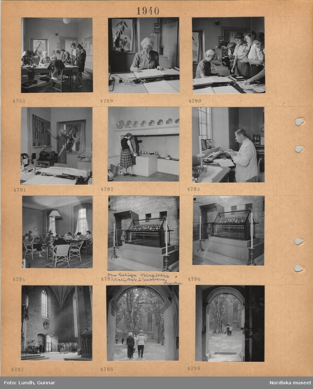 """Motiv: Turistföreningens vandrarhem i Vadstena, kontorsexpedition, kvinna bakom skrivbord, gäster skriver in sig och tittar i broschyrer, kvinna vid skrivbord skriver i liggare, noterar på förläggningstavla, kvinna i kjol hanterar kokkärl på vedspis, man i ljus kavaj skriver på skrivmaskin, röker cigarett, dagrum med bord, stolar, belysning, gäster sitter och läser, interiör kyrka, """"den heliga Birgittas reliker i Vadstena kyrka"""", glasmonter, stora ljusstakar, en grupp besökare i kyrkan, besökare lämnar kyrkan, utblick genom kyrkporten."""