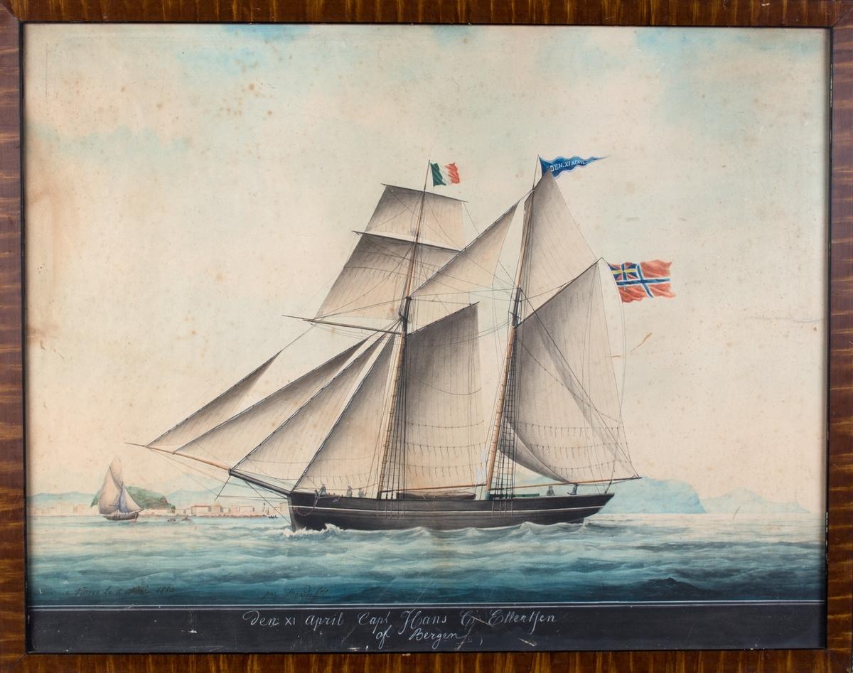 Skipsportrett av toppseilskonnert DEN XI. APRIL. I framre mast fransk flagg (det kan ikke være italiensk, da det hadde et emblem i midten), i akter norsk flagg med svensk-norsk unionsmerke.
