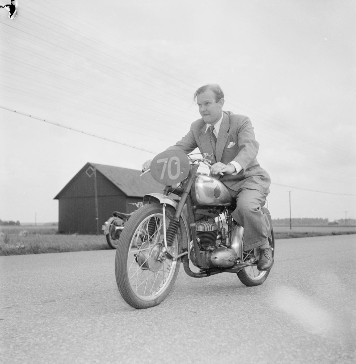 Reklamchef Olle Östblom, Nymanbolagen, provsitter motorcykel TT Racer, Uppsala 1952